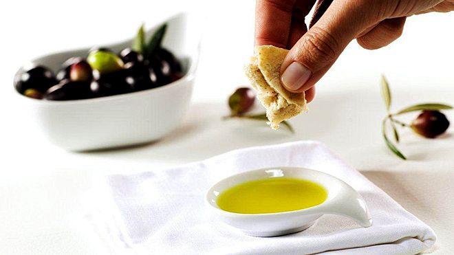 Olives, bread and olive oil Photo: Nuno Correia