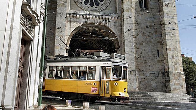 Tram 28 and Romanesque Cathedral Ort: Graça Foto: Turismo de Lisboa