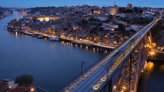 Vista noturna sobre o rio e a cidade Место: Porto Фотография: Município do Porto
