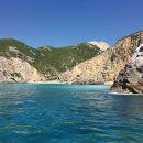 Bootsfahrt durch Höhlen und wilde Strände von Arrábida