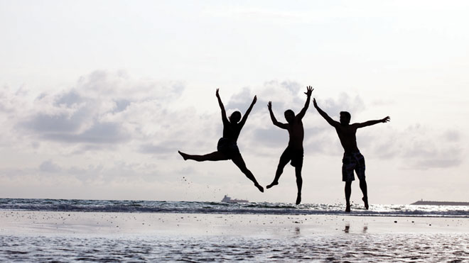 Friends Jumping by the Sea ⒸTurismo do Alentejo