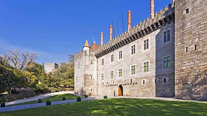 Paço dos Duques de Bragança_Guimarães_Shutterstock_PN_UN_StockPhotosArt