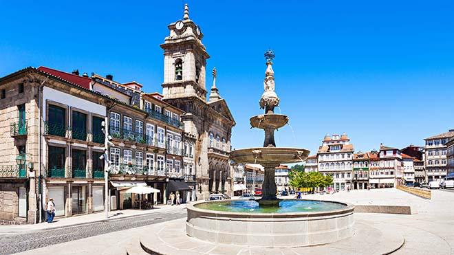 Guimaraes_Largo do Toural_shutterstock-saiko3p