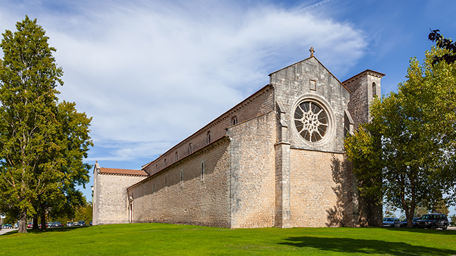 IgrejaSantaClara_Santarem_Shutterstock-StockPhotosArt