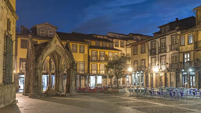 Guimaraes_Largo da Oliveira_shutterstock-PN_UN_cristovao